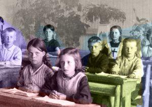 bild på barn mellan 10 och 7 som sitter i en gamal skolbänk